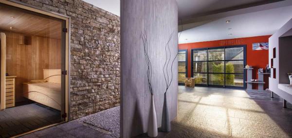Nach Kundenwunsch ausgeführte in den Raum eingepasste Sauna